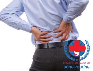 Đau lưng cũng là một trong các dấu hiệu suy thận