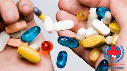 Dùng thuốc trong điều trị đi tiểu buốt ra máu