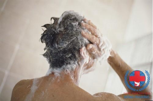 Dị ứng xà phòng tắm có thể khiến nam giới bị tinh hoàn nổi mụn mẩn