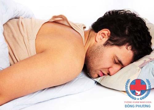 Biểu hiển xuất tinh đau khi bị viêm niệu đạo do tạp khuẩn